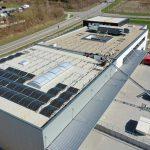 Aufbau der Solaranlage auf dem Neubau der multi-media systeme AG