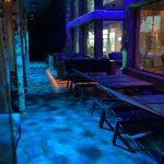 Die Bar in der  Ruhe- und Saunalandschaft in der Wasserwelt Rulantica mit Beleuchtung